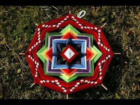 Audio reportaje que explora la elaboración y concepto de éste objeto tan peculiar, el ojo de dios, elemento tradicional de la cultura Huichol.