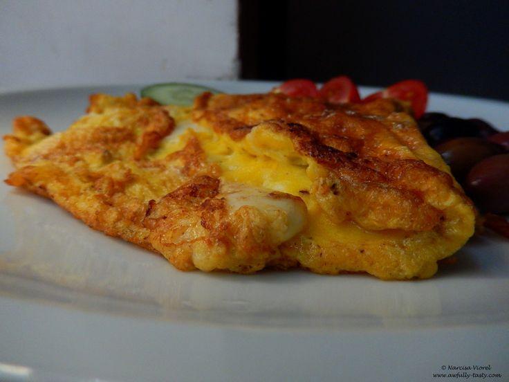 Omleta cu mozzarella si salvie.  Mozzarella and sage omelet.