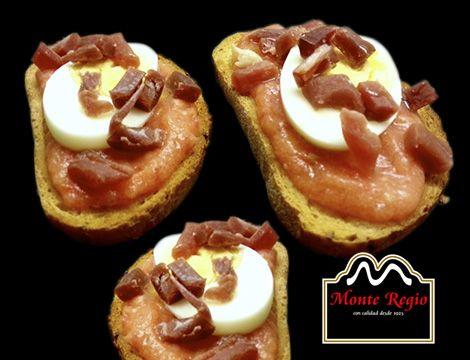 Tosta de tomate triturado, jamón ibérico #MonteRegio y huevo cocido