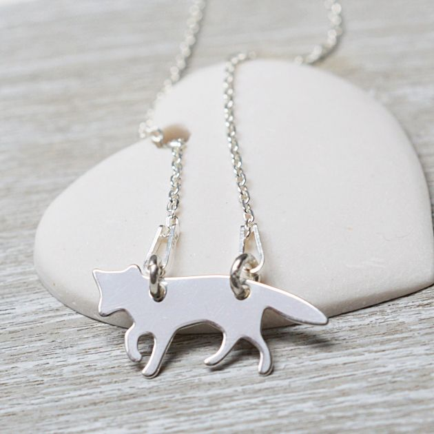 Naszyjnik srebrny z liskiem. Zobacz na: https://laoni.pl/srebrny-naszyjnik-lisek #lisek #biżuteria #naszyjnik #prezent #zima