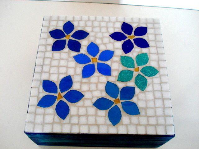 Base MDF, trabalho em mosaico com pastilhas de vidro. <br>Tamanho: 18x18x10cm <br>(Caixa com 4 divisórias)