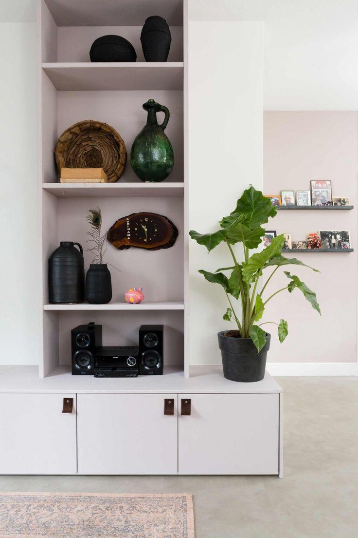Wandkast met vazen en groene plant bij Rachida en Steven uit aflevering 6, seizoen 3 | Make-over door Leonie Mooren | Fotografie Barbara Kieboom