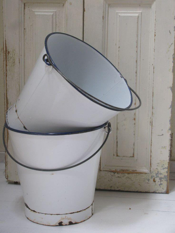 Oude witte emaille emmers, www.desoetelaer.nl  * Old white enamel pails * Vieux seaux d'émail blanc * Alte weiße Emaille-Eimer