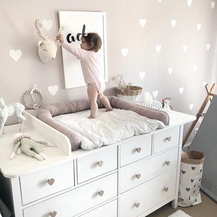 Wickelkommode DIY Ikea Hemnes Hack ? Wickelaufsatz Babyzimmer Mädchenzimmer altrosa Vintage Wandsticker Herzen – www.petite-voyou.com – Bettschlange Wanddeko Inspo Deko Eineichtung