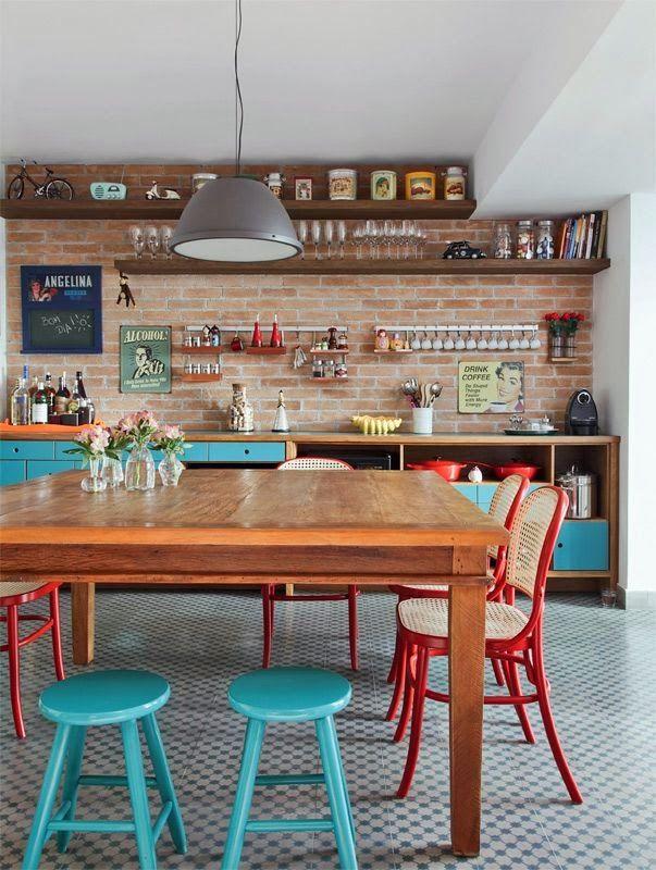 cadeira vermelha e banquinho azul                                                                                                                                                      Mais