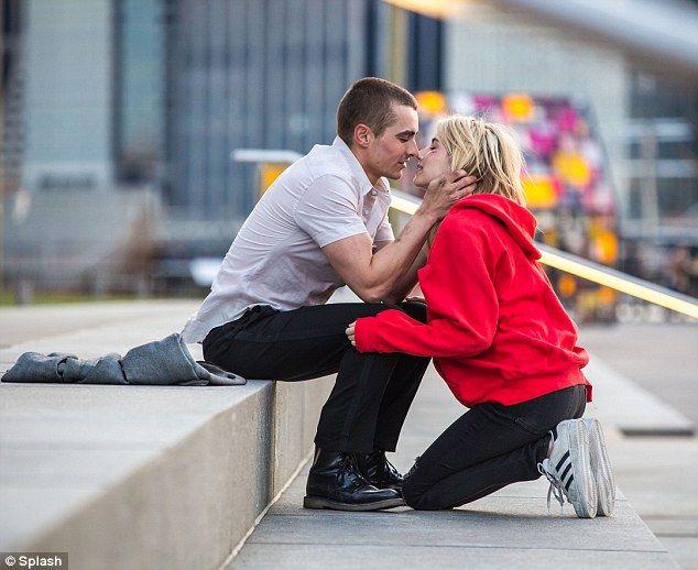 En pantalla la química: Emma Roberts y Dave Franco compartió un beso mientras filmaban nuevo nervio película en la ciudad de Nueva York el jueves por la noche