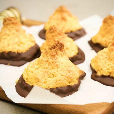 Kokostoppar är enkelt att lyckas med och omöjligt att ogilla. Med saffran i smeten och en gnutta apelsin får de en julig touch och vacker guldgul färg. Pricken över i:et? De är härligt doppade i mörk choklad. Och som om inte det vore nog är dessa godingar också glutenfria.