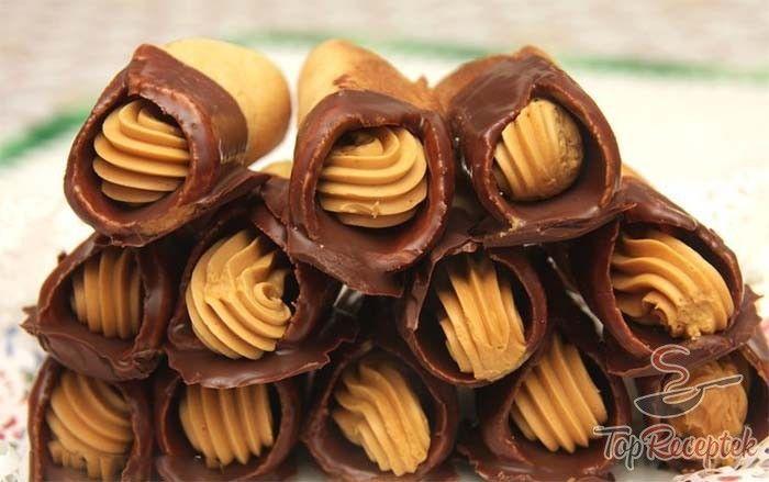 Az igazán roppanós mézes rolók karamellás krémmel töltve nagy népszerűségnek örvend a családban. Finom és ropogós mézes tészta, csokoládéba mártva, megtöltve a lágy, karamellás-vaníliapudingos krémmel. Elismerem, a rolók elkészítése igényel egy kis rutint. A tészta állaga nem mindig tökéletes, és néha egy kicsivel több vajat adok hozzá. A megsült kis korongokat feltekerem, csokoládéba mártom és megtöltöm a krémmel. Fontos, hogy ha sokat hagyjuk hűlni a korongokat, akkor egyre jobban fognak…