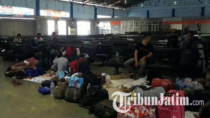 Jadwal Pelayaran Kapal Ditunda Akibat Gelombang Tinggi, Pria Ini Terpaksa Menginap di Pelabuhan