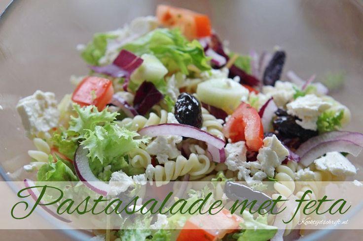 Pastasalade met feta Een lekkere en makkelijke pasta salade die je als lunch of als hoofdgerecht kunt eten. Deze pastasalade is gebaseerd op de Griekse salade. Pastasalade met feta recept (recept voor 1 persoon) 50 gram pasta per persoon koken zoals op de verpakking aangegeven Handje sla naar keuze gesneden (denk aan rucola, veldsla of