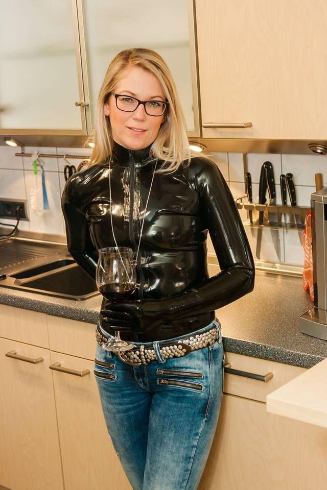 04a73617c69 Pin von Rob auf leather & latex | Latex lady, Latex fashion und Rubber  catsuit