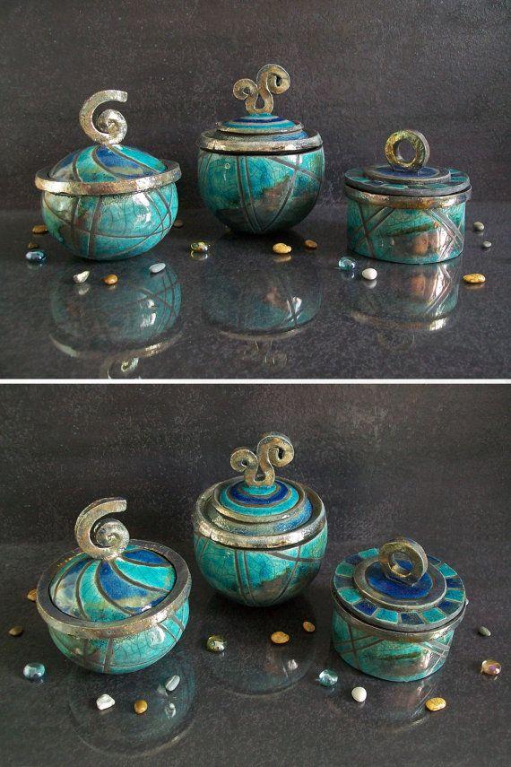 boîte à bijoux ornement titulaire de bonbons pots en céramique Raku Larticle peut varier dans la forme et la couleur par rapport aux photos puisquil sagit dune technique de raku dobjet à la main. Ici vous pouvez voir la vidéo de démonstration d'objets : https://www.instagram.com/p/BIQLe2thM9x/?taken-by=federico_becchetti_art Boîte à bijoux cylindrique petit bouton de lanneau : Motif de damier Cap décoration turquoise et bleu. Dimensions : hauteur 7 cm (2.7 ) + bouton de 3,5 cm (1,4 po)…