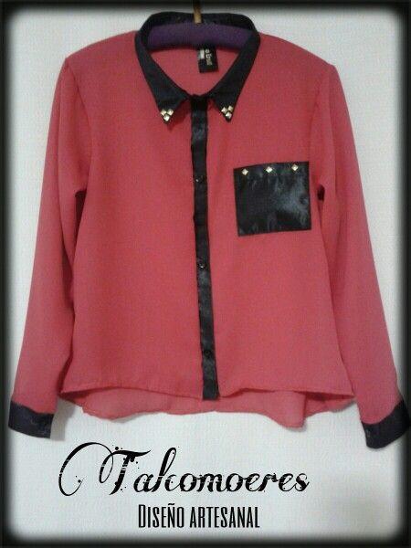 Camisa de gasa color coral con detalles en raso negro y tachas doradas. Página de facebook: Tal Como Eres!