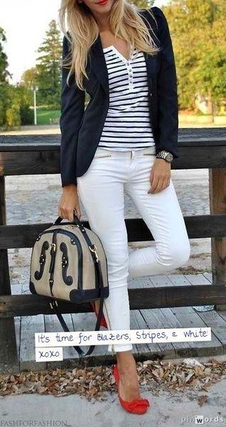 Saco negro, polo a rayas, pantalon blanco