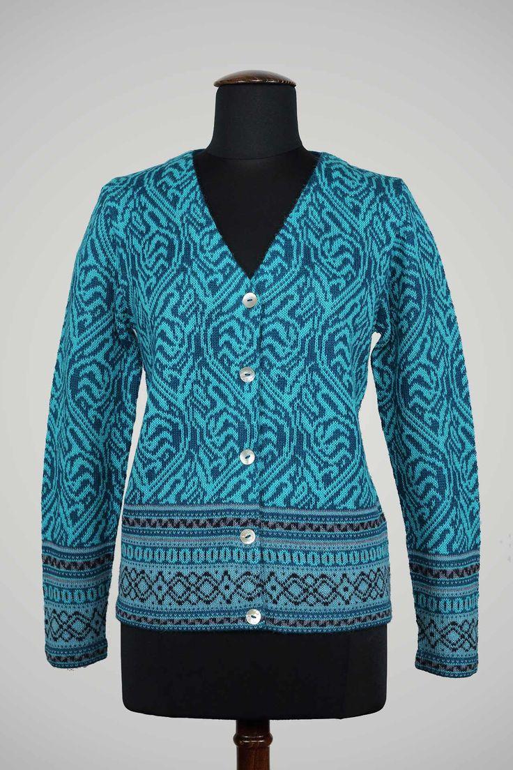 ! Dit prachtige vest isjacquard gebreid in heldere blauwe kleuren en sluit met parelmoer knoopjes. Mooi voor diversegelegenheden en past bij ieder type vrouw. Kwaliteit: 100% alpaca wol. Kleuren: turkoois blauw, middenblauw, zwarte accenten