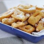 C'est mardi gras, et la tradition veut que l'on fasse des beignets de Carnaval ! Certains les appellent beignets, bugnes ou encore oreillettes... Ce sont des beignets très facile à faire, parfumés souvent au zeste de citron ou d'orange, et saupoudrés de sucre glace. Ils feront le régal des petits ...