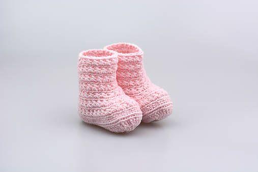 Čižmičky pre bábätko sú ručne háčkované z prírodného materiálu - z kvalitnej nórskej extra jemnej bledoružovej 100% merino vlny vhodnej pre citlivú detskú pokožku. Sú vhodné predov...