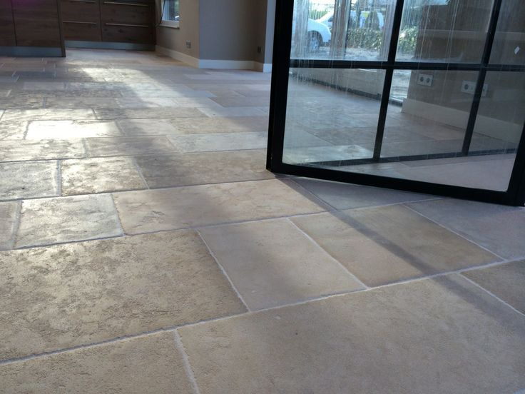 Franse kalksteen licht verouderd // French limestone with slightly aged surface.