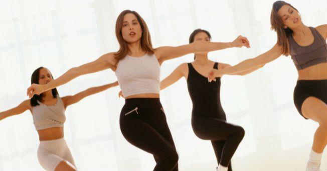 El Jazzercise es un ejercicio de cardio basado en baile con entrenamiento de fuerza y estiramientos para esculpir, tonificar, tener más flexibilidad muscular y quemar el máximo de calorías; además, es una fusión de diferentes estilos de baile.
