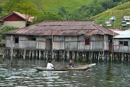 Sentani loďka na jezeře. Papua doba kamenná