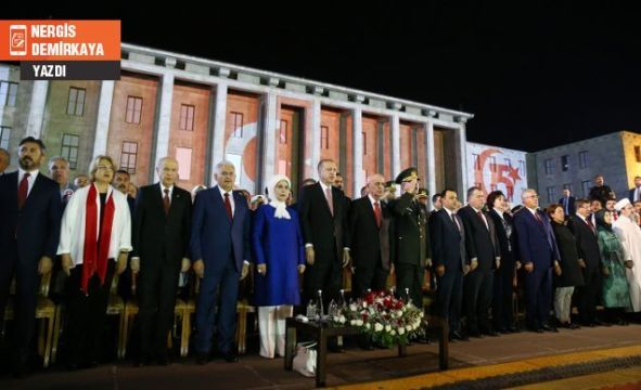"""15 Temmuz darbe gecesi Meclis Başkanı İsmail Kahraman'ın """"demokrasi öpücüğü verdiği CHP, 1 yıl sonra darbe girişiminin yıl dönümü için Meclis'te yapılan etkinlikte yuhalandı. 15 Temmuz 2016'da birleşen Türkiye bir yıl sonra 15 Temmuz 2017'de yeniden"""