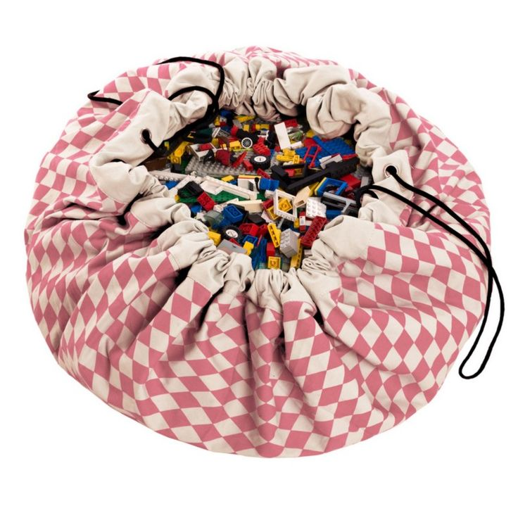 Le joli Shop adore cette solution de rangement astucieuse qui va enchanter tous les parents !  Une création de la marque : Play & go  Play and go est à la fois un tapis de jeu et un sac de rangement : votre enfant peut étaler tous ses jouets, légo, poupées dans le salon sans que vouspassiez des heures à tout ranger ...  Ouvert, le tapis forme un cercle, il suffit de resserrer les liens positionnés sur son contour pour le transformer en sac qui emporte avec lui tout le bazar laissé par les…