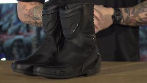icon overlord cueromalla botas motocicleta certificado por la ce sigilonegro 95 - Categoria: Avisos Clasificados Gratis  Estado del Producto: PreownedTrue confidence starts with the right footwear The ICON Overlord boot is the demanding choice for denizens of speed Where other sporting boots are heavy, ours is light, breathable, more dynamic for sport riding Feel is of utmost importance at the limit, and the Overlord boot delivers while retaining proper reinforcement The leather upper is…
