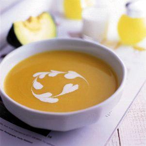 こっくりとした甘みが人気のスープ。生クリームでハートを描いてかわいらしく仕上げます。