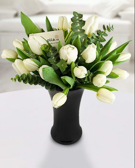Buchet 25 lalele albe și eucalipt. Un buchet delicat ce poate fi oferit unei persoane cu gusturi fine. 25 white tulips bouquet. It is a delicate flower bouquet perfect for a refined lady.