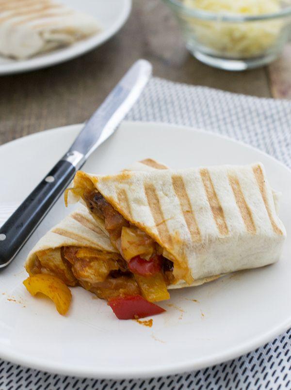 Recept om snelle burrito panins's te maken. Het resultaat is een warme smeuïge vulling in een knapperige wrap. Een ideale makkelijke maaltijd.