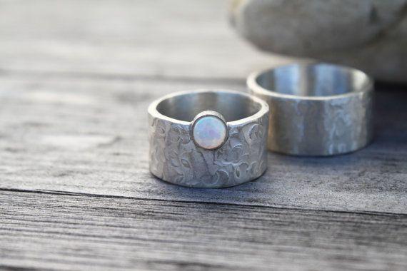Paar Silberringe Eheringe gehämmert mit Opal von EvelineJewelry