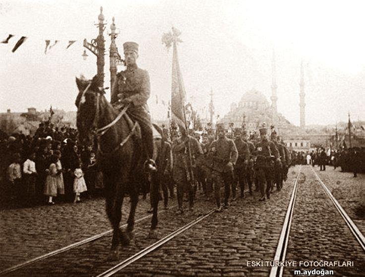 """6 Ekim 1923 """" Türkler Konstantinopolis'e yeniden giriyor. İtilaf kuvvetleri tarafından şehrin boşaltılması üzerine Albay Hüseyin Hüsnü Emir Bey Çelik Alay'ı Galata Köprüsü'nden geçiriyor. """""""