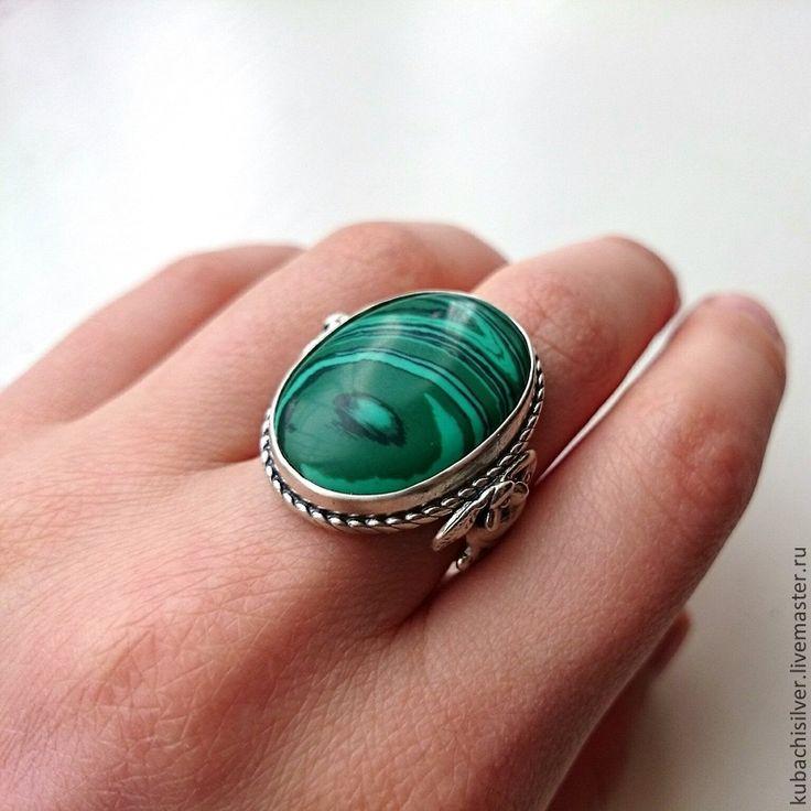 Кольцо с халцедоном придают женщине привлекательность в глазах мужчин.