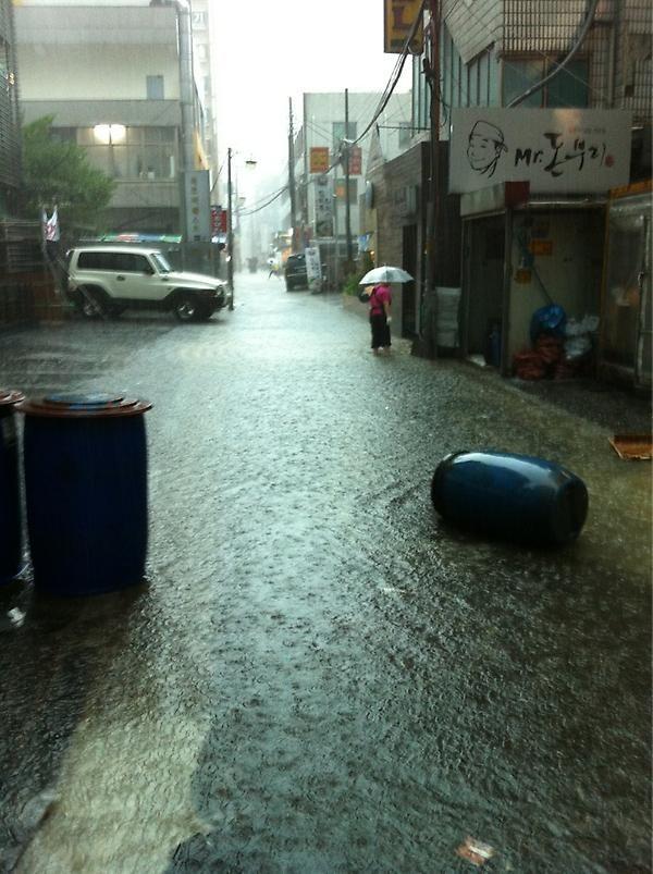 HK @sperospera3 (twitter) 강남역 주변 골목길은 이미 침수된 상황. 나머지 골목길은 급류같은 물살에 사람들이 길 건너기를 주저하고 있는 상황. / #골목 #골목길 #재해 #침수 #홍수 #재난 / 서울 강남 서초 / 2012 08 15 /