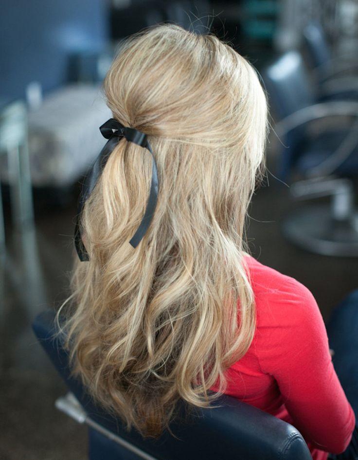 La demi queue bombee  Comment on fait ? On texturise ses cheveux  avant de les séparer en deux parties : les longueurs et la queue-de-cheval haute. On crêpe celle-ci avant de l'attacher à l'aide d'un joli ruban. Un soupçon de laque suffit à fixer le tout.