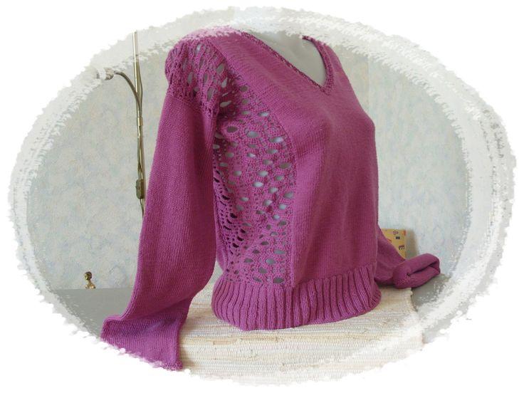 Kötött lila pulóver horgolt betéttel.
