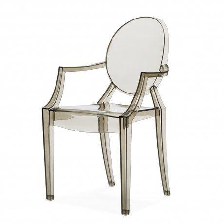 Обращаясь к Франции XVIII века, дизайнер Филипп Старк в 2002 году разработал эти удобные, современные кресла. Современность, черпающая вдохновение от стиля времён правления короля Франции Людовика XV. Эта нотка элегантности привнесёт в ваш интерьер элемент постмодерна. Прекрасным дополнением для любой обстановки на открытом воздухе послужат стулья Louis Ghost.