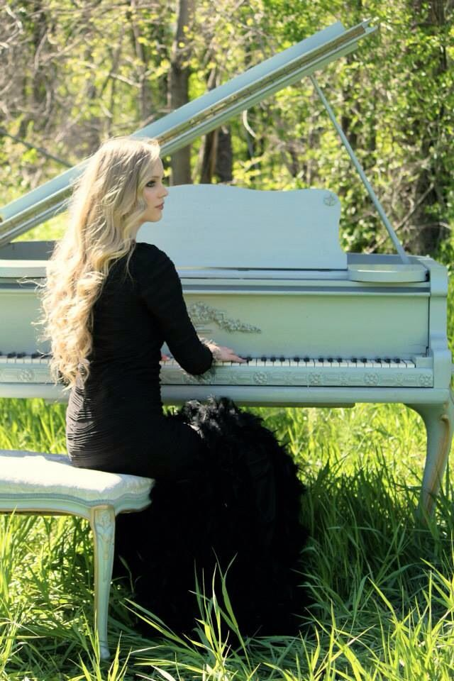 Senior pictures with piano. Yes, this would he my gorgeous Mama Mad @Sydnee Church