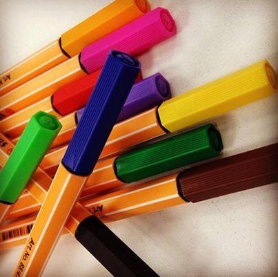 """A @Tay Lavinas disse no seu Instagram que """"está feliz como uma garotinha de 5 anos com suas novas canetas coloridas"""" #STABILOVERS"""