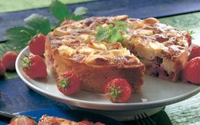 Mandel- og rabarberkage med flødeost En dejlig kage med marcipan og frugt, der kan varieres efter sæson.