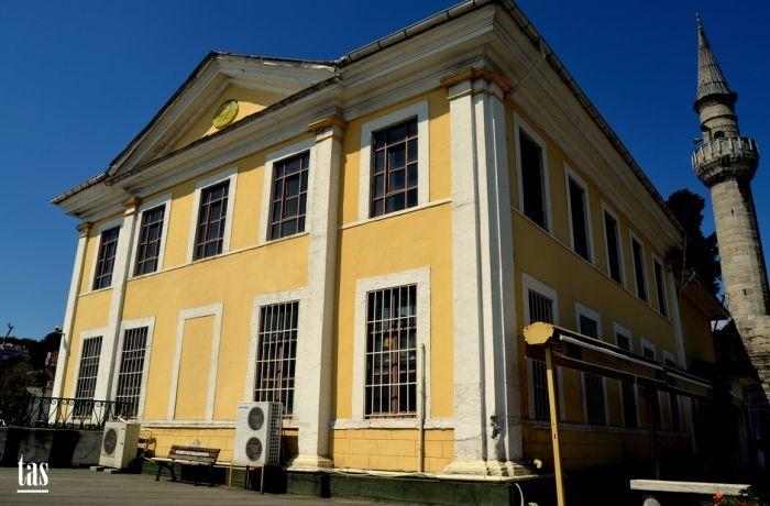 Tevkifiye Camii;  İstanbul Boğazı'nın Rumeli yakasında Arnavutköy Akıntı Burnu'nda, sahil yolunda ve sahile cepheli, 1832-1838 yıllarında Sultan II.Mahmut tarafından oğlu Şehzade Tevfik adına inşa ettirmiştir.  Deniz tarafından avluya açılan iki kapısı vardır. Bu kapıların üzerindeki kitabelere göre caminin inşasına 1832'de başlanmış,1838'de tamamlanmıştır. Her iki kapıdaki kitabeler üzerinde bulunan yazılar Yesarizade Mustafa İzzet'e ait olup, her iki kitabede de Sultan II.Mahmut'un tuğrası