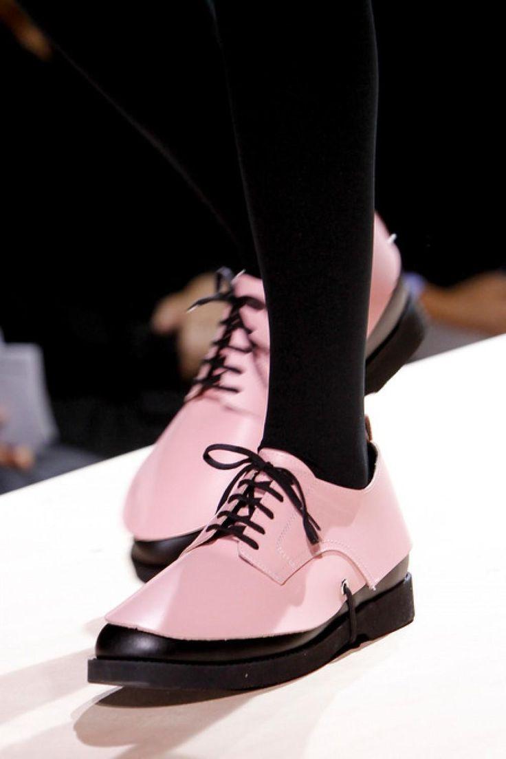 Van sierlijke sandalen tot mannelijke loafers en van stoere laarzen tot kittige flatjes: Vogue koos de mooiste platte schoenen uit van de lente/zomer 2014 shows.