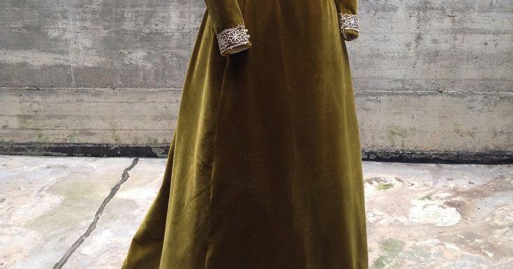 Ciao,  ecco un completo da giorno del 1894 (realizzato nel 2015)in velluto verde oliva e merletto avorio, composto da corpino e gonna.  s...