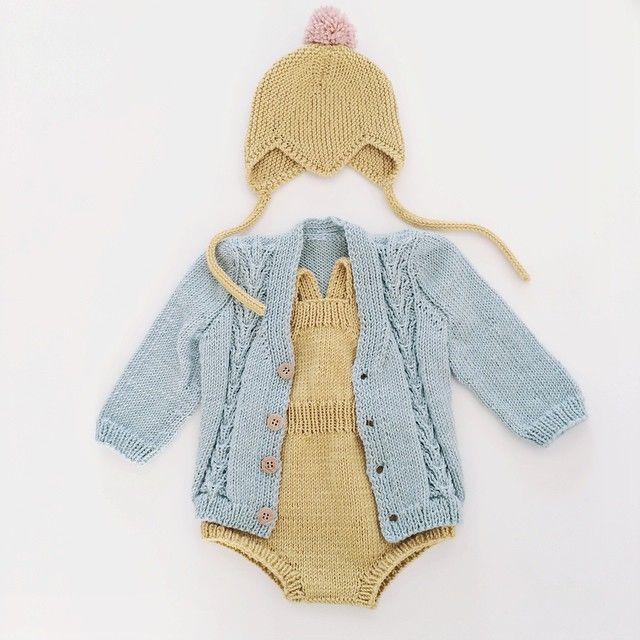 bel assortiment, gilet salopette bonnet moutarde et bleu clair bébé #tricot