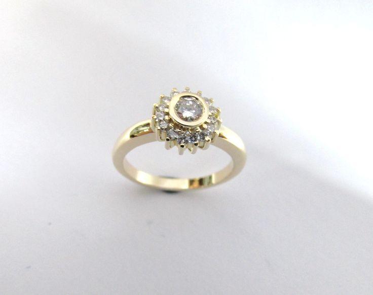 ¿Te gustan los diseños tradicionales?  Esta es una hermosa marquesa con un diseño   renovado moderno fabricada a mano  R839  #duranjoyerosbogota #joyas #diamantes #anillos #piedraspreciosas #oro #compracolombiano #hechoamano #joyeria  #Colombia #gold #handmade #anillos