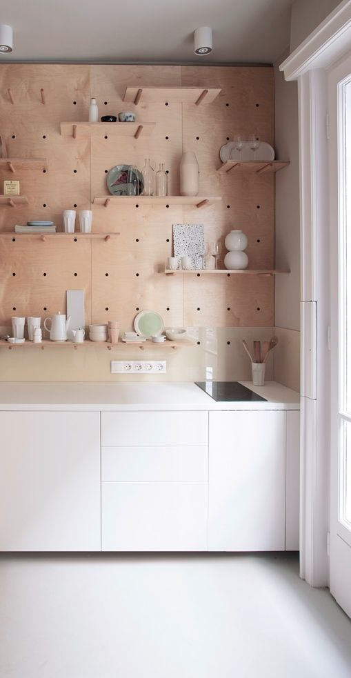 Via NordicDays.nl | Compact Living | White Plywood Kitchen zo'n wand is best slim aan de oostkant met opklaptafel eronder