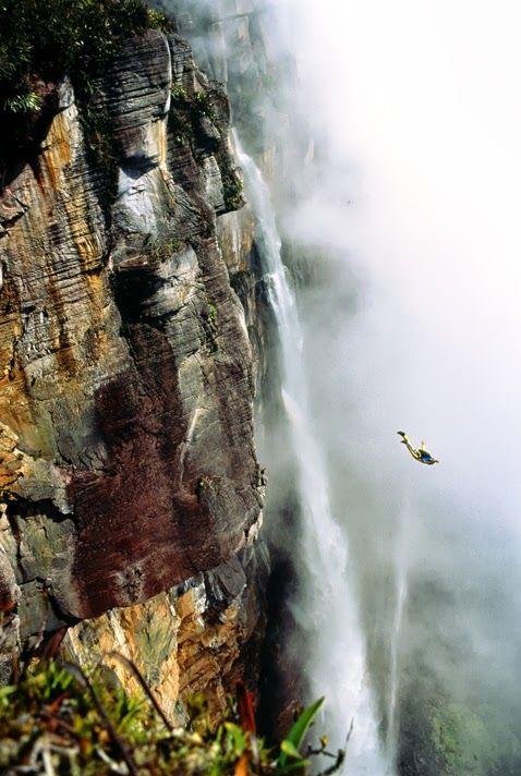 Base jumping em Angel Falls, Venezuela. Linda imagem! www.designtendencia.com #basejump #ridersmatch #extremesport
