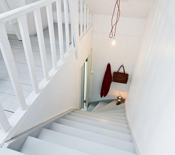 Zdjęcie: białe schody na  poddasze w rodzinnym domu