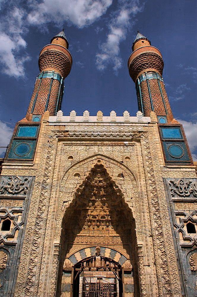 sivas gök medrese çinileri - Gök Medrese: İl merkezindedir. Selçuklu veziri Sahip Ata Fahreddin Ali tarafından 1271 yılında yaptırılmıştır. Taç kapı üzerinde yükselen tuğla örgülü iki minaresindeki mavi çinilerden dolayı Gök Medrese adını almıştır. Plastik sanatların şaheserlerinden olan taç kapıda mermer malzeme kullanılmış olup, taç kapısının üst iki köşesinde iç içe girmiş hayvan motifleri vardır. Medreseye girişte sağda mescit, solda ise Dar-ül Hadis bölümü mevcuttur.