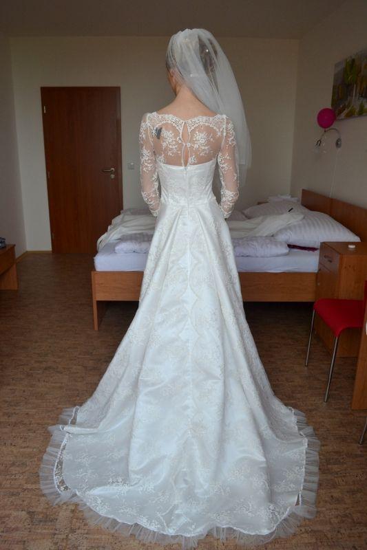 Krajkové svatební šaty s vlečkou Svatební šaty ze španělské krajky s bohatou sukní s vlečkou, živůtek zakončený nahoře bordurou, tříčtvrteční rukávy. Tyto šaty byly šity na zakázku, velikost 36, ale střih je vhodný i pro větší velikosti. Je možné je ušít na míru. Tato krajka je v bílé barvě s kovovým vláknem nebo ve smetanové barvě /na foto/. Je ...